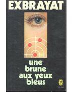 Une brune aux yeux bleus