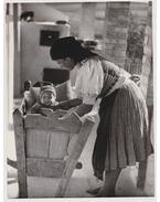 Hollókő (palóc anya gyermekével) (fotó)